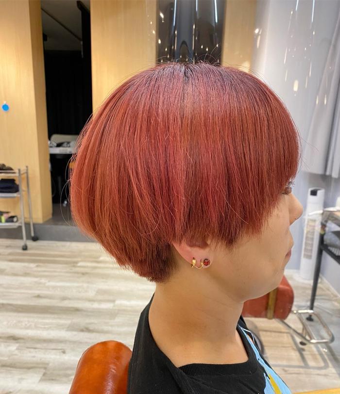 ショート もともとブリーチされてる髪にピンクをいれました♪ カットは襟足の髪はすっきり丸みのあるマッシュっぽいスタイルに