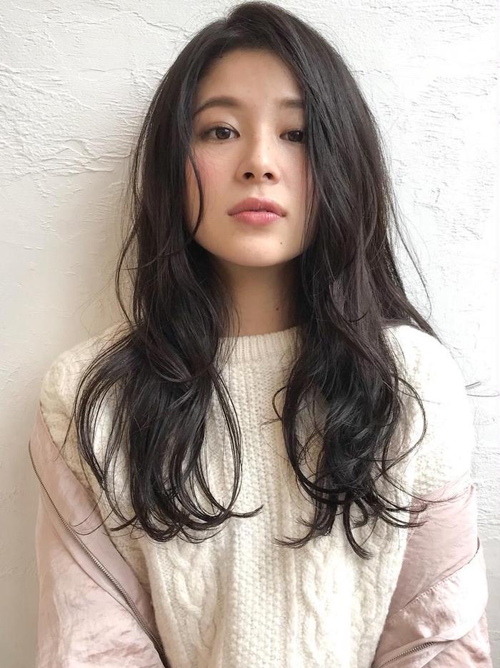 #ロング #カラー 黒に近いダークカラーだけど、透明感のある暗髪です。人気のカラーです♪カットはAラインロングに顔回りの動きを出す前髪を作ってます