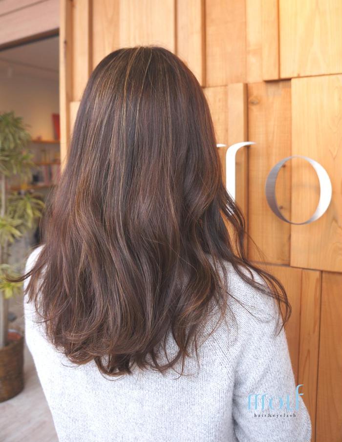 その他 カラー ネイル パーマ ヘアアレンジ マツエク・マツパ ロング 【mouf】3Dハイ×ローライト  細かいハイライトの下にローライト潜ませることで更に立体的に仕上ります。ベースは赤味を抑えるアッシュグレージュ。肌にカラー剤を付けずに施術できるので、お肌の弱い方にもオススメ☆  うざバング 暗髪 ローライト ハイライト ワンカール 流し前髪 ロブ  斜めバング センターパート グラデーションカラー マーメイドアッシュ  ベージュ 大人かわいい アンニュイカール ベビーバング 小顔 くせ毛風 グラマラス 簡単スタイリングボブ 耳かけ